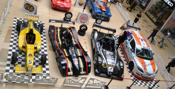 Gran exhibición de carros clásicos y de carreras en contra de los piques ilegale