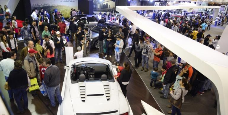 ¿Cuántos carros se venden en el Salón del Automóvil?