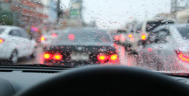 Recolectar y utilizar el agua de lluvia como limpiaparabrisas del carro