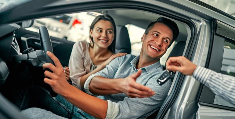 Los casados pagan hasta un 43% menos por su seguro de auto