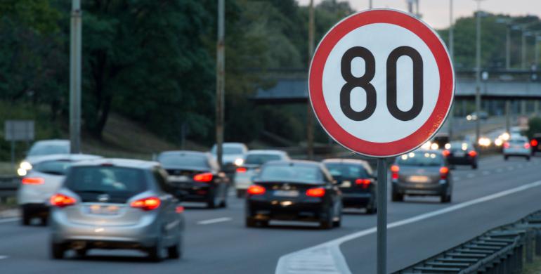 Abecé de señales de tránsito para que no te cojan 'mal parqueado' durante tu viaje