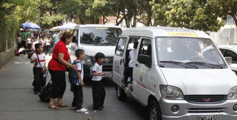 Qué condiciones debe cumplir el transporte escolar