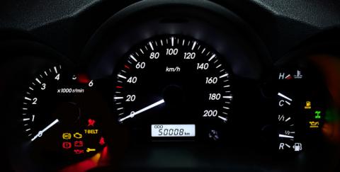 ¿Cómo identificar si alteraron el indicador del kilometraje de un carro?